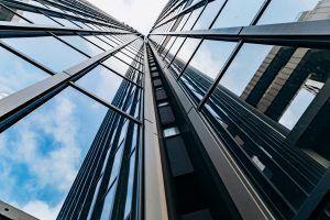 Edificio alto, imagen desde el suelo