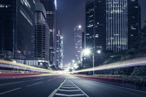 Autopista iluminada en medio de los edificios de una gran ciudad